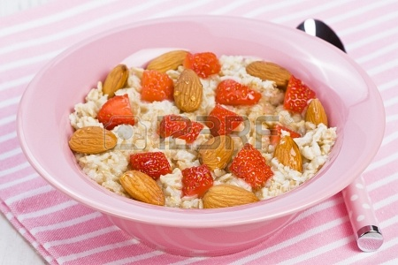 16184131-oatmeal-porridge-with-strawberry-almonds-and-honey-for-healthy-breakfast